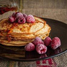 pancakes con sciroppo e lamponi
