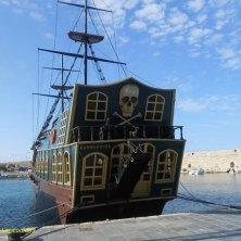 nave pirata in porto turistico