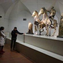 spiegazioni davanti ai bronzi