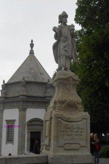 statue sul sagrato e cappella sui resti della vecchia chiesa
