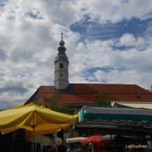 piazza dei benedettini con il mercato