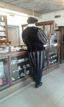 cliente in costume in farmacia