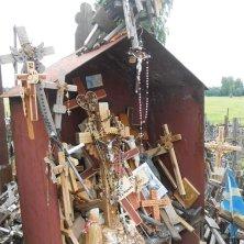 bandiere, rosari e croci