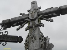croce grande con il cielo grigio