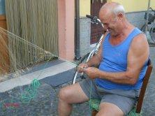 pescatore ripara la rete