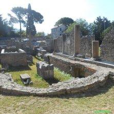 rovine chiesa con tomba Santo