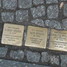 placche sul marciapiedi in ricordo degli ebrei deportati
