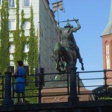 statua di San Giorgio e il drago e torre di San Nicola viste dal fiume