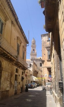 campanile e strada di Lecce