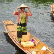Inle Canoa Lady
