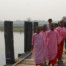 monache sul ponte teak
