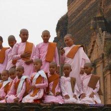monache sul tempio incompiuto