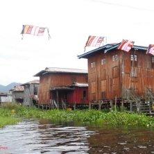 villaggio con bandiere