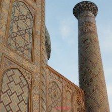 madrasa e minareto alla luce del tramonto