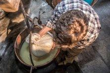 il casaro prepara la fontina