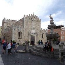 duomo e fontana a Taormina