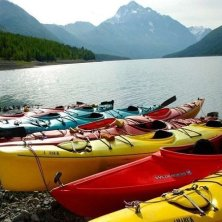 kayaks lining the shore foto Jason Cannon at Prince William Sound