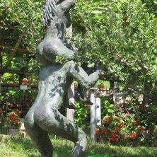 scultura di Adamo e Eva colgono la mela Giardini di Castel Trauttmansdorff