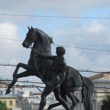 statua del domatore di cavalli sul ponte a San Pietroburgo