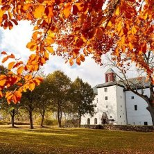 Autumn leaves in front of Torpa Stenhus - Photo Cr week end Svezia