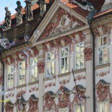 bolle di sapone davanti al palazzo Kinsky Praga