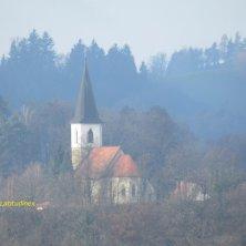 chiesa su collina di fronte al castello