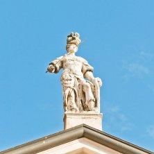 statua Matilde di Canossa sull'abbazia