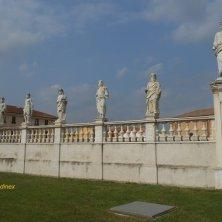statue sul lato abbazia di Polirone