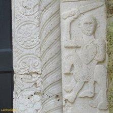 cavaliere armato portale duomo di Sovana