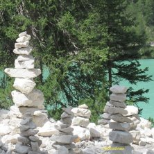 composizioni di sassi sulla sponda del lago di Braies