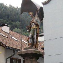 statua in cima alla fontana di Chiusa