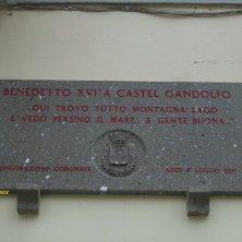 targa con frase di Benedetto XIV
