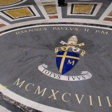 stemma sul pavimento di Giovanni Paolo II