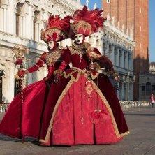 in piazza a Venezia in maschera