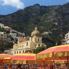 chiesa e ombrelloni a Positano