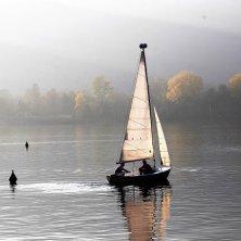 in barca a vela sul lago grande di Avigliana