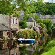 villaggio su un fiume