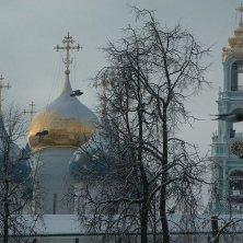 cupole e campanile Sergiev Posad sotto la neve