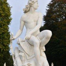 statua mitologica in giardino