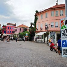 Caorle_Piazza Papa Giovanni_ logo della App Caorle Slow Tourism Hike & Bike_phVGaluppo