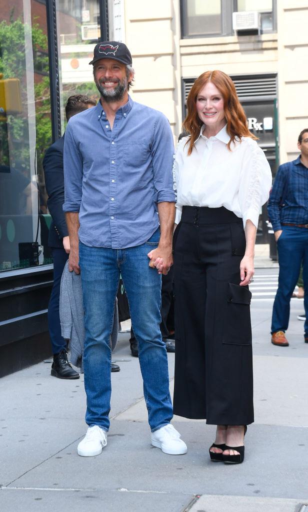 Julianne Moore con Bart Freundlich el 7 de agosto de 2019 en New York City.  (Foto por Raymond Hall/GC Images)