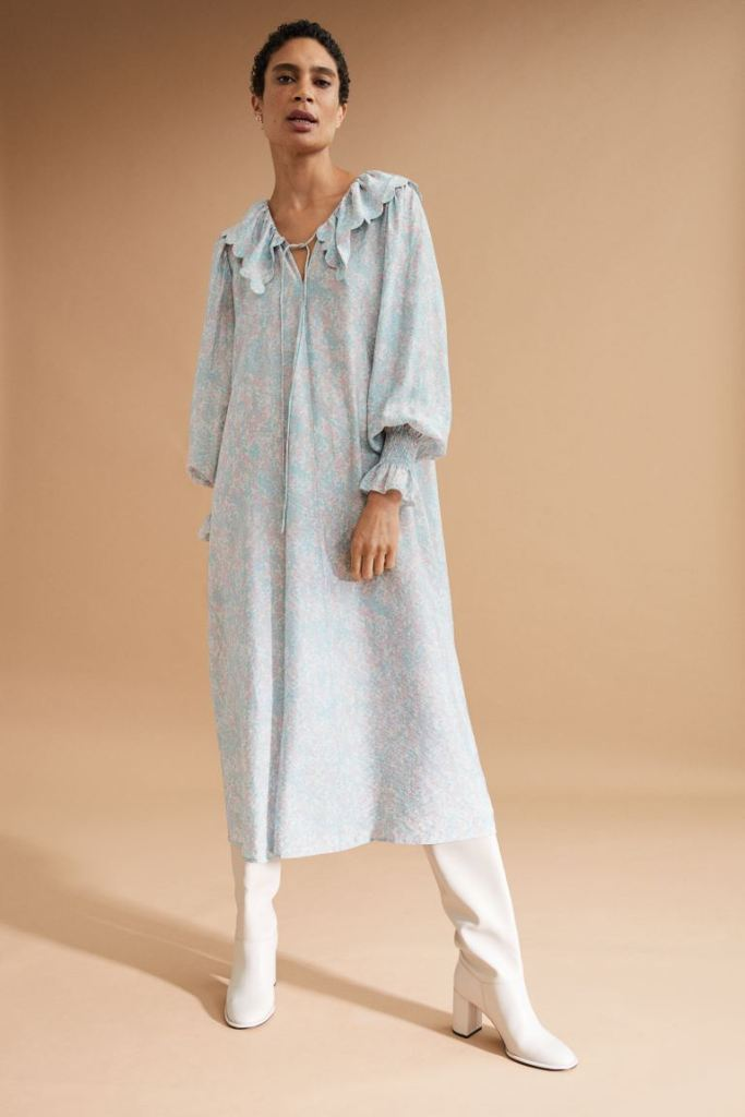 Vestido midi de manga larga con cuello y flores de H&M