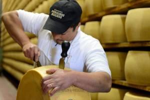 Il casaro Davis e l'apertura della forma di Parmigiano Reggiano, Latteria Sociale Garfagnolo