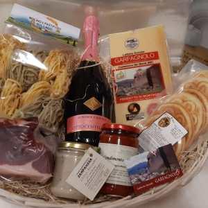 Cesto in vimini confezione regalo con Parmigiano Reggiano e spumante e altri prodotti tipici