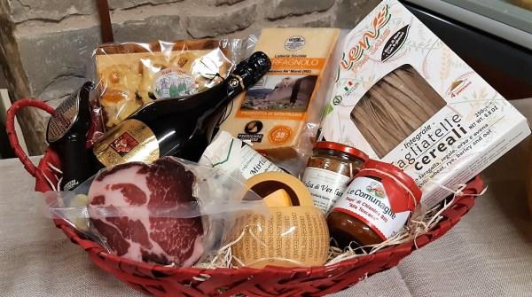 Confezione regalo con Parmigiano Reggiano, lambrusco e altri prodotti tipici di appennino