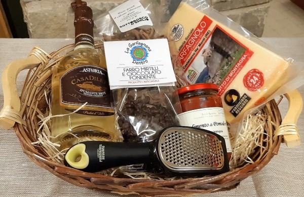 Cesto regalo con Parmigiano Reggiano, spumante e altri prodotti tipici di appennino