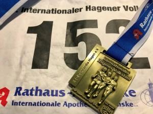 Die Medaille beim Hagener Volkslauf kann sich sehen lassen.