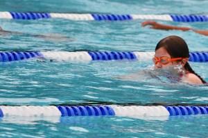 Kind 2 beim Schwimmen.