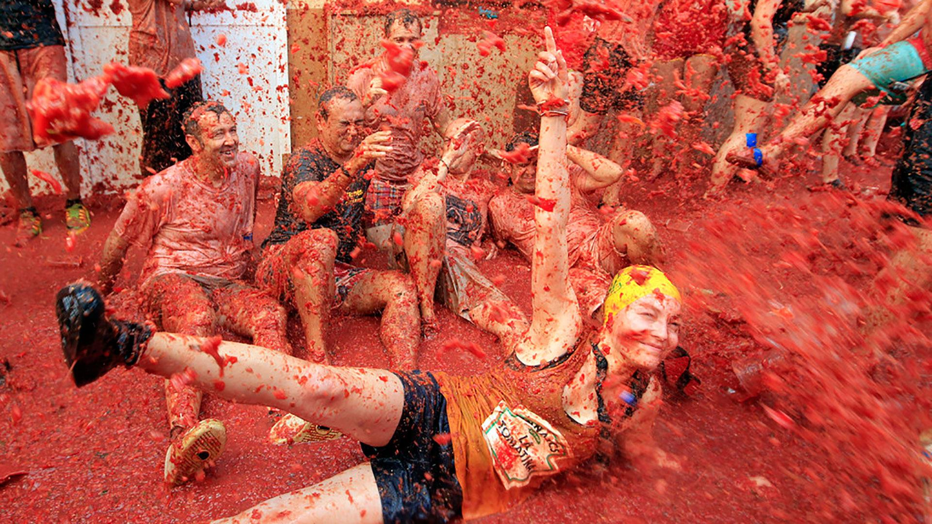 La Tomatina Hot Girls Soaked In Tomato Sauce