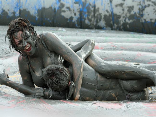 Facebook Cute Girl Wallpaper Two Hot Girls Adding Mud On Each Other On South Korean Mud